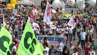 Der Generalstreik richtet sich gegen eine Arbeitsmarktreform der Regierung von Präsident Michel Temer, die eine Ausweitung von Arbeitszeiten und die Zahlung von Kosten bei Arbeitsprozessen durch die Angestellten  vorsieht.