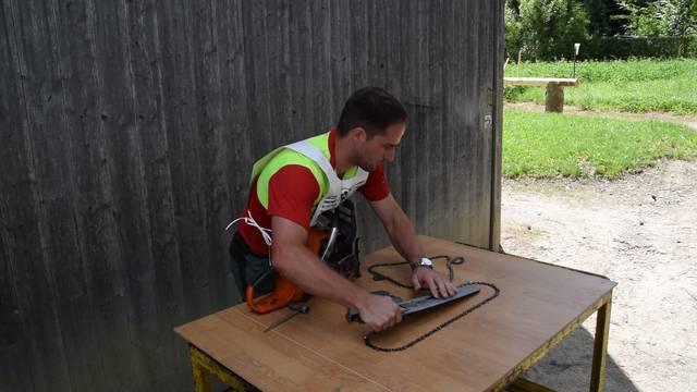Marco Schriber wechselt die Kette an seiner Motorsäge – eine von fünf Disziplinen im Holzwettkampf.