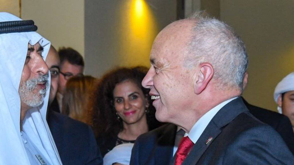 Händeschütteln und freundlich lächeln: Bundespräsident Ueli Maurer am Empfang in der Schweizer Botschaft in Abu Dhabi.