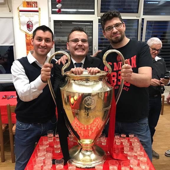 Antonio Bellofatto (Mitte) und andere Fans durften am Samstag einen originalen Champions-League-Pokal in den Händen halten.