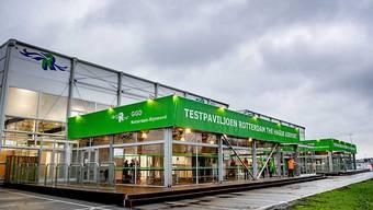 Ein Pavillon steht am Flughafen von Rotterdam Den Haag. Hier wird das Corona-Impfzentrum für die Bewohner der Region Rotterdam-Rijnmond errichtet. Es ist neben Hart van Brabant und Utrecht einer der drei GGD-Standorte, die als erstes mit der Corona-Impfung beginnen. Foto: -/ANP/dpa
