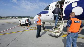 Polizisten am Flughafen Zürich-Kloten erwarten einen Ausschaffungshäftling (Archiv)