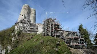 Der Wohnturm der Ruine Pfeffingen ist schon wieder entkleidet.