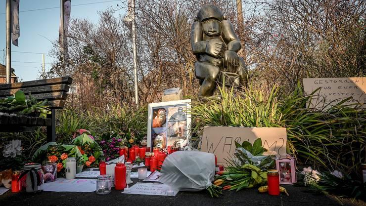 Im Zoo wurden Blumen und Kerzen für die toten Tiere niedergelegt.
