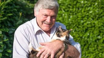 «Die Katze lässt das Mausen nicht»: Hans Fehr kuschelt mit Pippa, beherrscht das Austeilen aber auch als Rentner nach wie vor bestens.