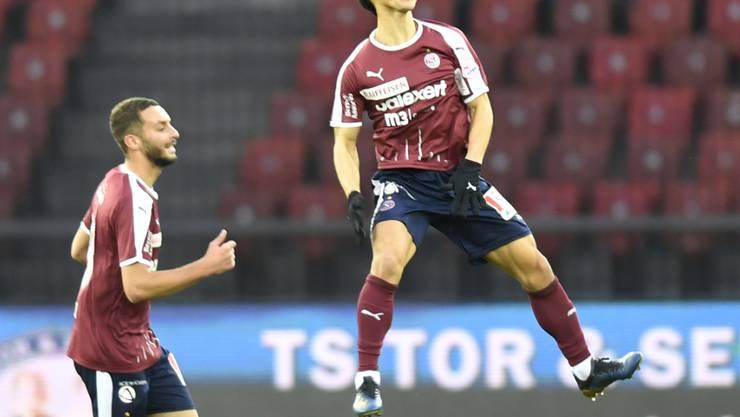 Park Jung-Bin beim Freudensprung nach einem seiner drei Tore im Letzigrund gegen den FC Zürich