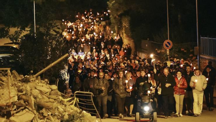 Der Fackelzug in Amatrice in der Nacht auf Freitag zum Gedenken der Erdbebenkatastrophe vor zwei Jahren.