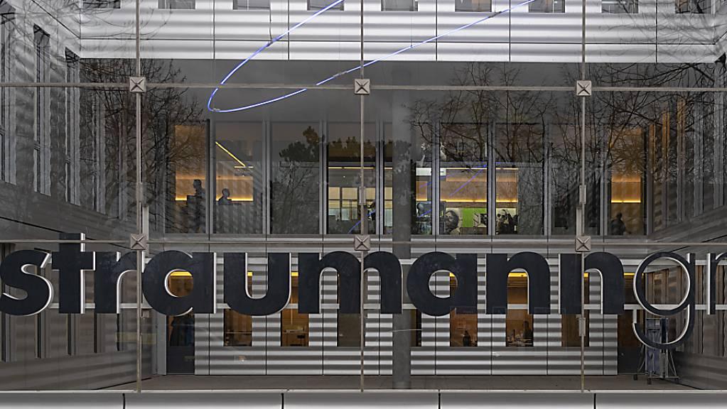 Das Logo der auf Zahnersatzlösungen spezialisierten Straumann Group am Jacob Burckhardt Haus in Basel am Donnerstag, 17. Januar 2019.