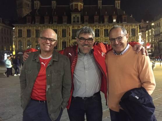 Der ehemalige Schwyzer SP-Fraktionschef Andy Tschümperlin (v.l.) sowie die beiden Baselbieter Eric Nussbaumer und Claude Janiak machen nach dem Spiel noch die Innenstadt von Lille unsicher.
