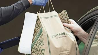 Ob mit dem Auto selber abholen oder per Velo-Kurier bringen lassen: Die Kunden sollen weiterhin an ihre Waren kommen.