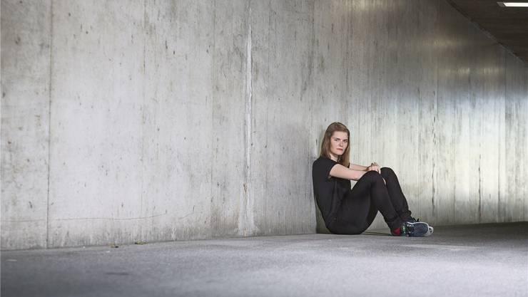 Die 22-jährige Slam-Poetin Hazel Brugger stand am Donnerstag erstmals in der Zürcher Tonhalle – und führte dort Klassik-Laien in die Welt der klassischen Musik ein. Jessica Wirth