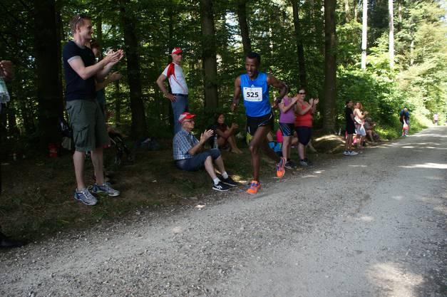 Der Äthiopier  Guta Fikru rennt seinem ersten Sieg am Pfingstlauf entgegen