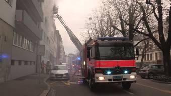 Die Feuerwehr musste die Bewohner mit der Drehleiter retten.