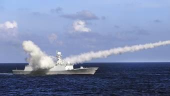 Ein chinesisches Kriegsschiff feuert eine Anti-Schiff-Rakete ab.