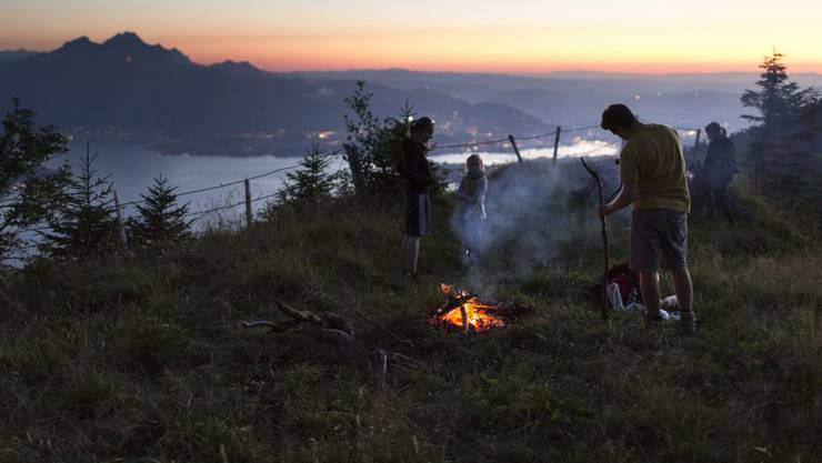 Das milde Wetter zieht immer mehr Leute zum Bräteln in den Wald. Sind sie dabei nicht vorsichtig genug, ist die Gefahr gross, dass die umliegenden Blätter und Hölzer Feuer fangen. (Symbolbild)