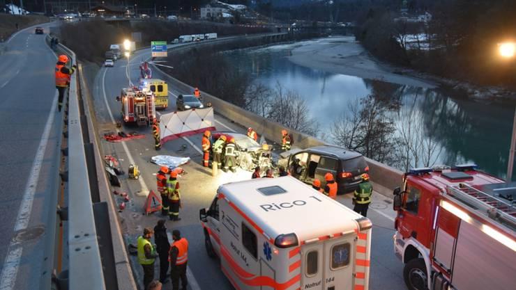 Grossaufgebot auf der A13 im Bündnerland nach einer Frontalkollision mit vier Schwerverletzten, darunter einem Kind.