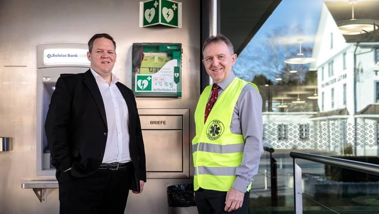 Simon Linder (links) und Richard Heiniger haben in einer privaten Initiative den ersten Defibrillator in Kriegstetten aufgestellt.