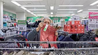 Importierte Kleider könnten billiger werden. Der Bundesrat will die Industriezölle abschaffen. (Symbolbild)