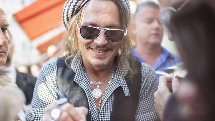 Und alle wollen sie ein Autogramm von Johnny Depp in Zürich.