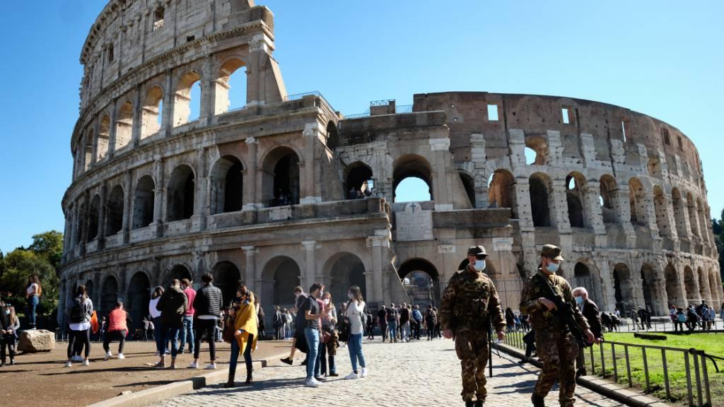 ARCHIV - Mit einem ausfahrbaren Holzboden sollen im Kolosseum in Rom Besucher wieder den antiken Kampfplatz der Arena betreten können. Foto: Mauro Scrobogna/LaPresse via ZUMA Press/dpa/Archivbild