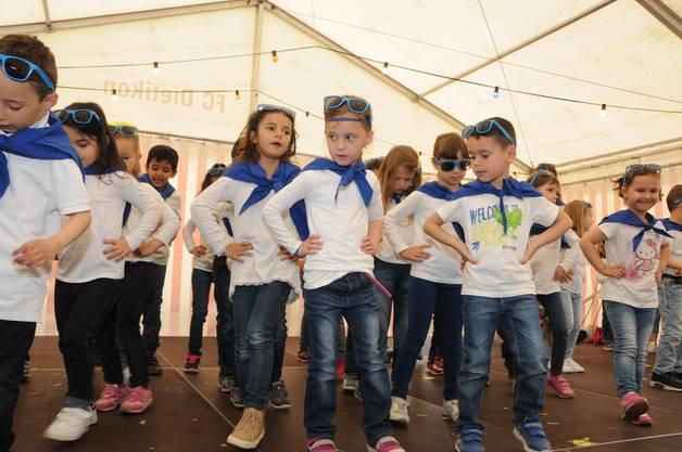 Die Kindergärtler haben einen Linedance eingeübt. Vor Publikum haben sie aber nicht immer alles präsent.