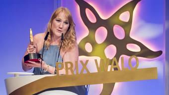 Ira May nimmt im Kongresshaus in Zürich die Auszeichnung entgegen.