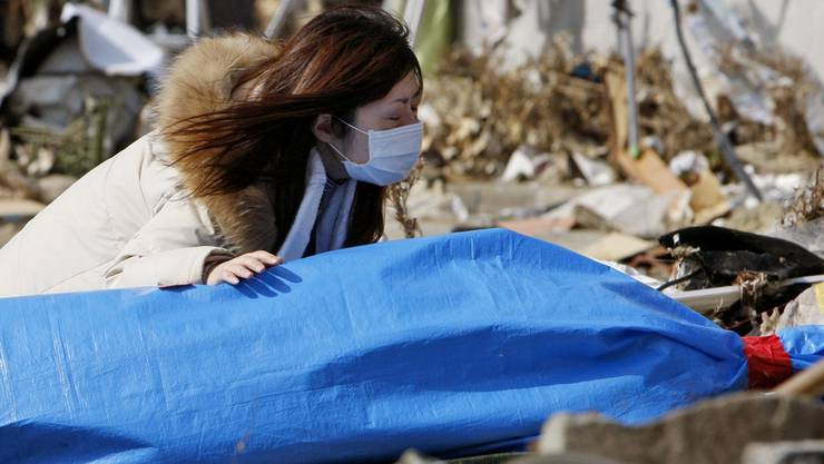 Eine Japanerin trauert um eine Angehörige