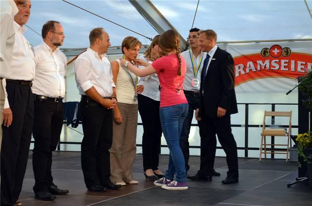 Wie nach einem Marathon: Die Organisatoren erhielten unter Beobachtung von OK-Präsident Erdin (r.) eine Medaille.