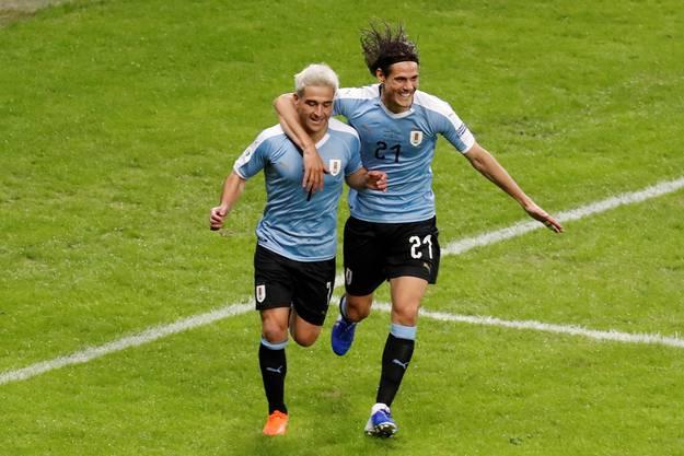 Freuen sich über den Auftaktsieg: Nicolas Lodeiro und Edinson Cavani.