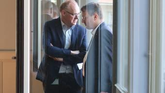 Die beiden SVP-Nationalräte Hansjörg Knecht (links) und Thomas Burgherr im Gespräch am Tag des Rücktritts von Regierungsrätin Franziska Roth.