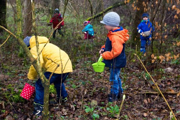 Der Dorfverein hat zur Freude der suchenden Kindern 240 Ostereier im Wald versteckt.