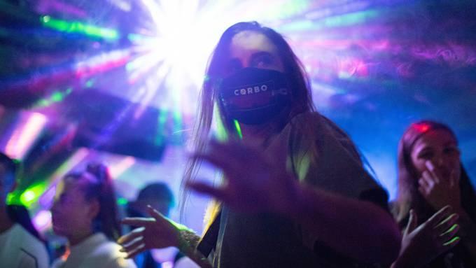 In Luzerner Clubs und Bars dürfen ab Freitag nur noch 100 Personen tanzen. (Symbolbild)