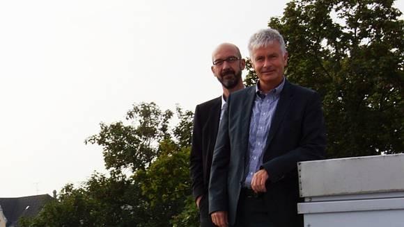 Peter Lehmann, Vorsitzender der ibw-Geschäftsleitung (rechts), und Domenic Philipp, Geschäftsleiter ibw Energie AG, auf dem Dach des Gemeindehauses.