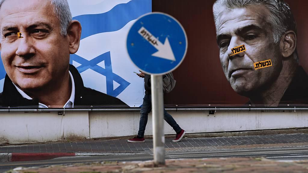ARCHIV - Auf einem Wahlkampfplakat für den rechtskonservativen Likud sind dessen Vorsitzender Benjamin Netanjahu (l), Premierminister von Israel, und Oppositionsführer Yair Lapid abgebildet. (zu dpa «Bibi-Dämmerung? - Israels vierte Wahl in zwei Jahren») Foto: Oded Balilty/AP/dpa