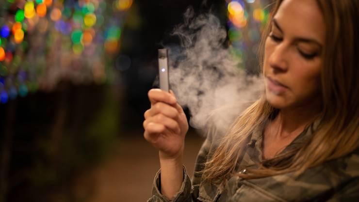 Rauchen ist bei 15-Jährigen Out, Dampfen – sprich E-Zigaretten – sind hingegen im Trend.