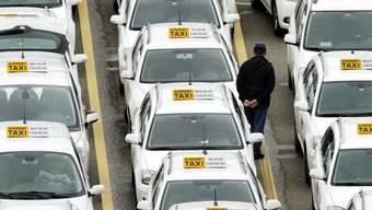 Taxifahrer in Zürich warten auf ihren Einsatz (Symbolbild)