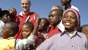 Philippe Senderos in einem Township am Rande von Port Elizabeth