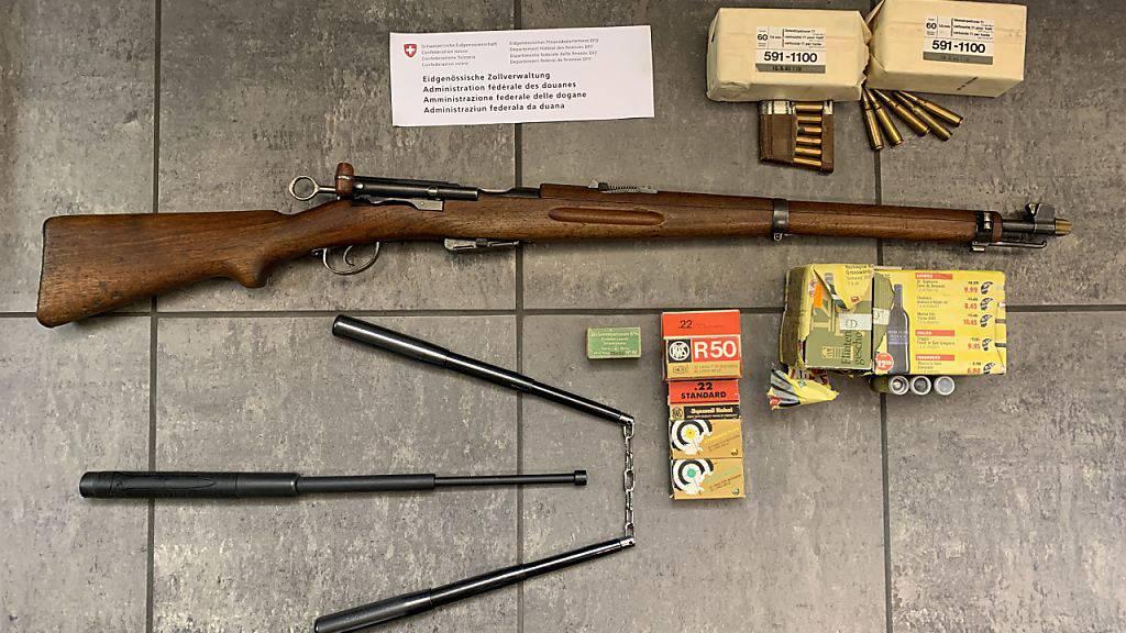 Einen Karabiner, Munition, einen Schlagstock sowie ein «Würgholz» fanden Zöllner im Auto von zwei Italienern im Bergell.