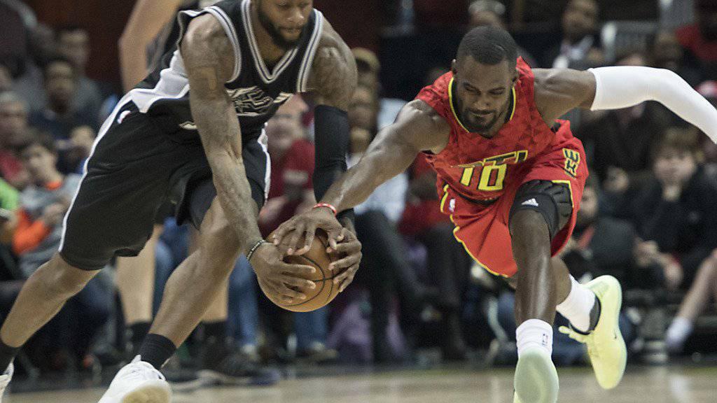 Jonathon Simmons (links) von den San Antonio Spurs und Tim Hardaway Jr. von den Atlanta Hawks kämpfen um den Ball