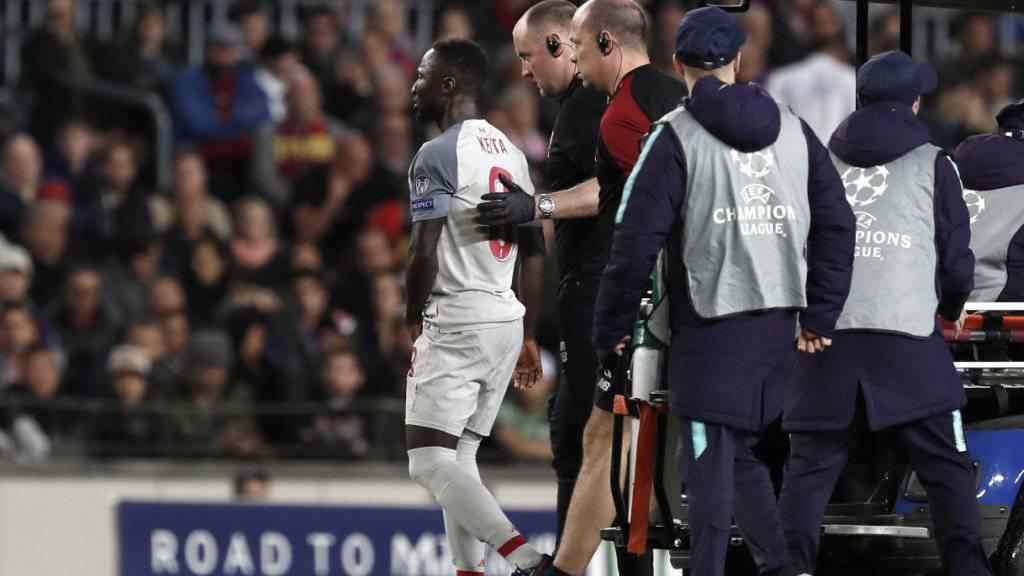 Naby Keita wird von Liverpools Ärzteteam vom Platz geführt