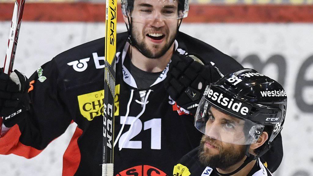 Simon Moser (Nummer 21) bleibt bis 2023 beim SC Bern