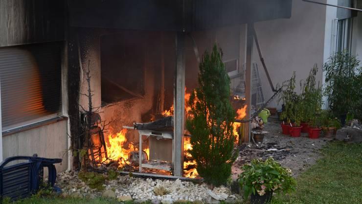 Im Erdgeschoss eines Mehrfamilienhauses in Aesch BL brach ein Brand aus.