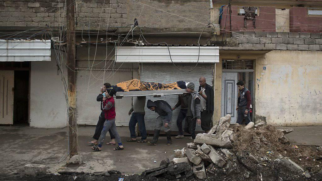 Die Schlacht um Mossul wird auch auf dem Rücken von Zivilisten ausgetragen: Angehörige tragen die Leiche eines Mannes weg, der vor Kämpfen zwischen IS und Armee fliehen wollte. Ein IS-Scharfschütze traf ihn tödlich.