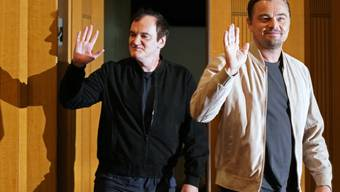 """Regisseur Quentin Tarantino (links) und Leonardo DiCaprio (rechts), einer der Hauptdarsteller aus """"Once Upon A Time... In Hollywood"""": In der Gunst der Deutschschweizer wie der Westschweizer Filmfans liegt der Streifen in der zweiten Woche auf Platz eins. (Archivbild)"""