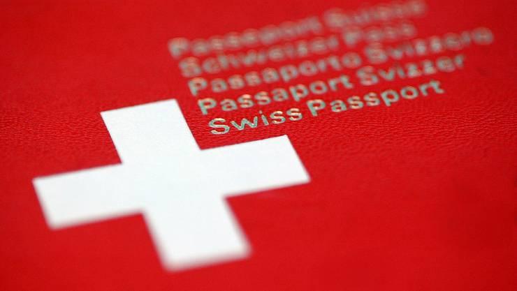 Bewerber für einen Schweizer Pass sollen rascher Bescheid bekommen.