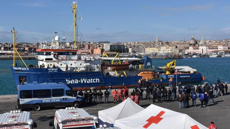 """Das Flüchtlingsschiff """"Sea-Watch 3"""" am Donnerstag im Hafen von Catania."""