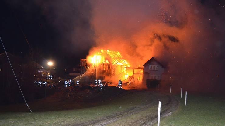 Ein Doppelhaus brannte in der Nacht auf Dienstag vollständig ab.