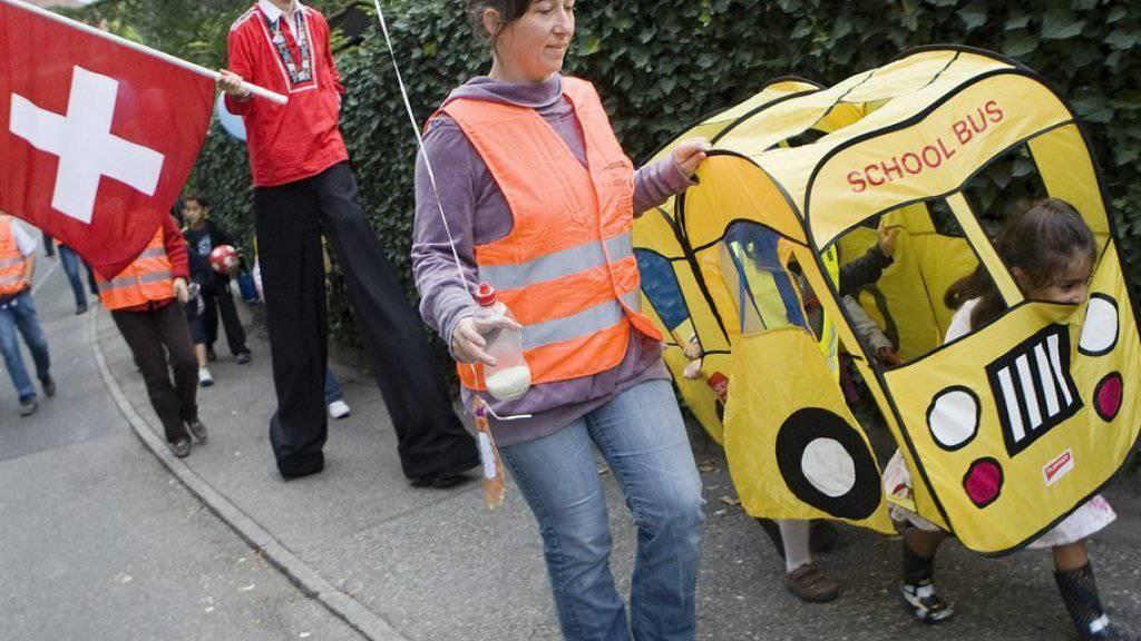 Kinder sollen den Schulweg gemeinsam absolvieren. Dieses Vorgehen wird Pedibus genannt und soll verhindern, dass die Eltern die Kinder mit dem Auto zur Schule bringen. (Archivbild)