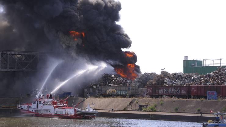 Bilder vom Brand am Rheinhafen.