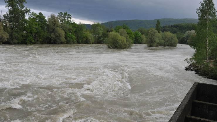 Beim Schönenwerder Wehr flussabwärts: Die im Sommer als Teil des Naherholungsgebiets geschätzten Sandbänke liegen tief unter den Fluten der Aare.